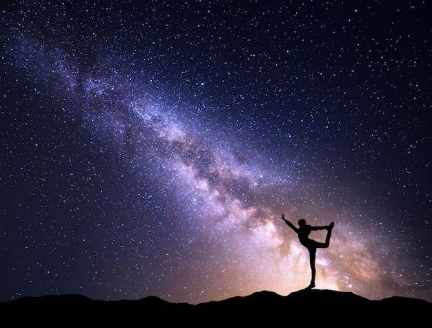 Nachtelijke hemel en silhouet van een gelukkig meisje