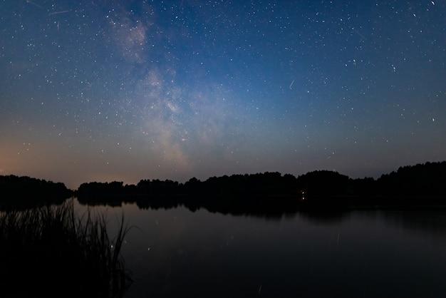 Nachtelijke hemel met glans hemel natuur achtergrond