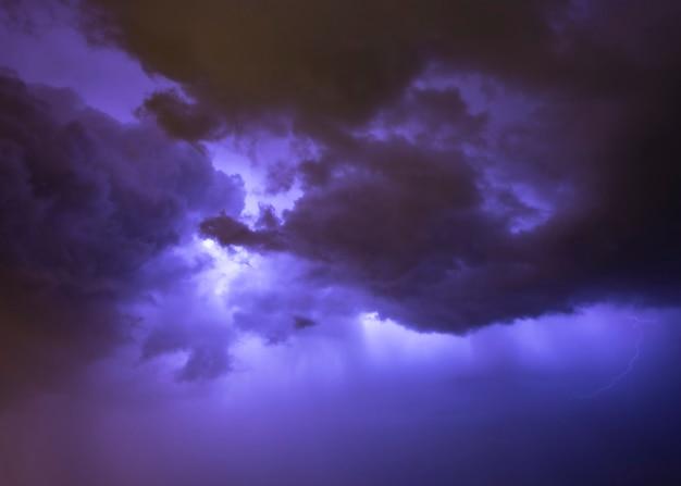 Nachtelijke hemel met onweer