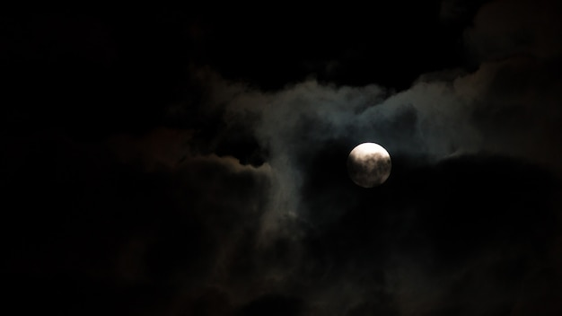 Nachtelijke hemel met sterren en maan en cloud