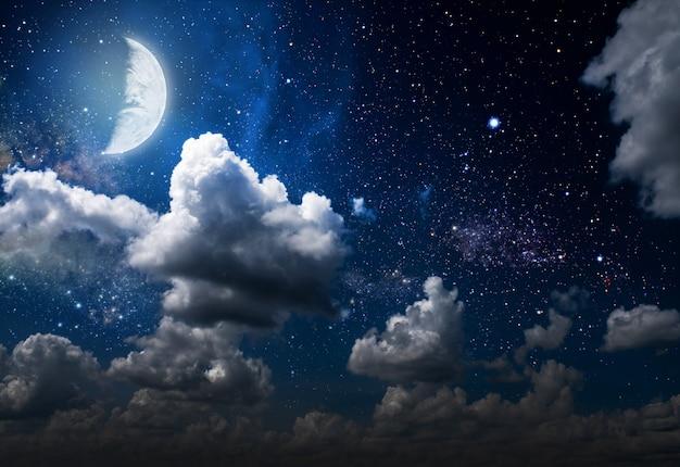 Nachtelijke hemel met sterren en maan