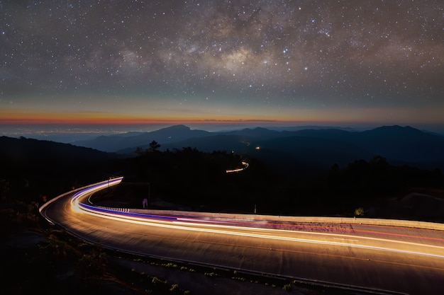 Nachtelijke landschapsfotografie met lange belichtingstijden. de melkweg
