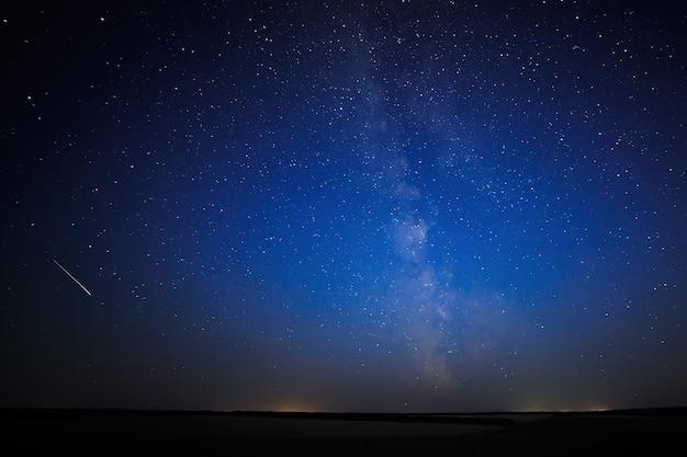 Nachtelijke sterrenhemel voor achtergrond.