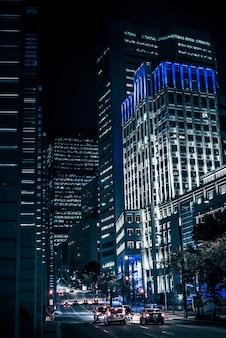 Nachtgebouwen met lichten en auto's bij nacht in montreal