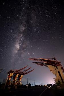 Nachthemel met melkachtige manier en sterren. nachtweg door auto wordt verlicht die. licht paden
