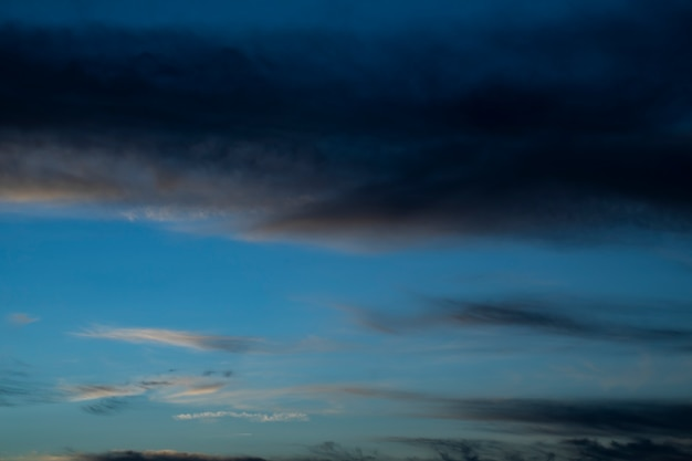Nachthemel met wolken en sterren