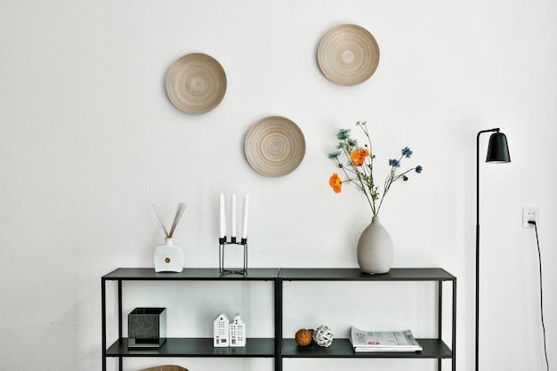 Nachtkastje met plant en andere accessoires die het huis versieren