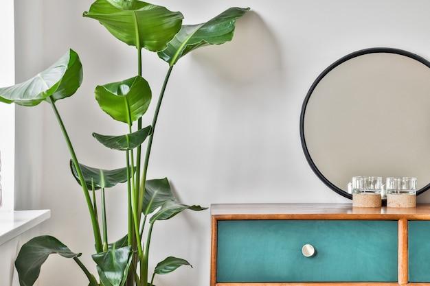 Nachtkastje met planten en andere accessoires die het huis versieren
