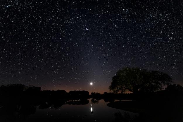 Nachtlandschap in arroyo de la luz. extremadura. spanje.