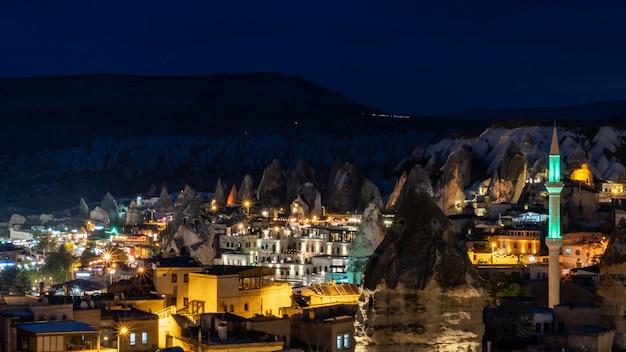 Nachtlandschap in goreme, cappadocia, turkije.
