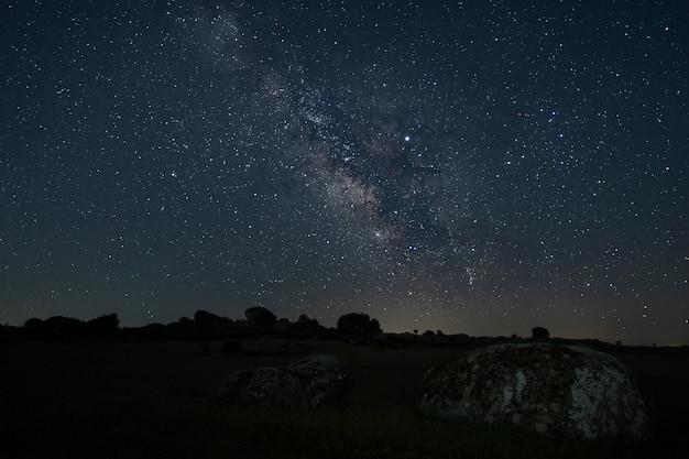 Nachtlandschap met melkweg in de buurt van malpartida de caceres. extremadura. spanje.