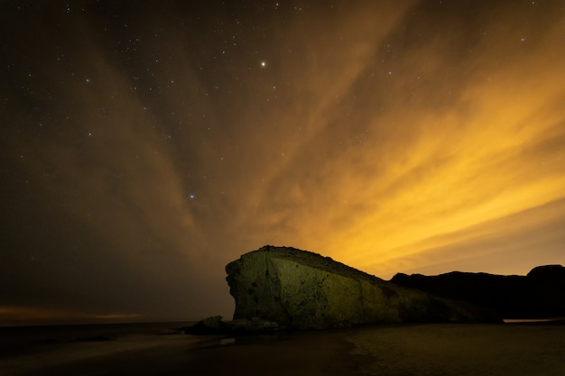 Nachtlandschap op het strand van monsul. natuurpark cabo de gata.