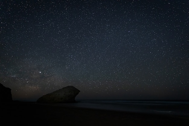 Nachtlandschap op het strand van monsul.