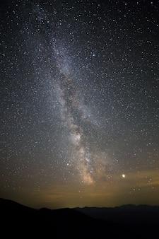 Nachtlandschap van bergen met sterren behandelde hemel