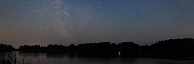 Nachtlandschap van sterrenhemel en melkwegachtergrond