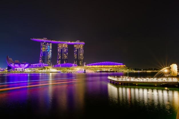Nachtleven in merlion en singapore stad