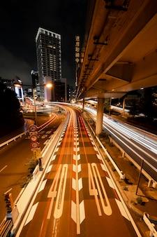 Nachtleven stad schittert van licht op straat