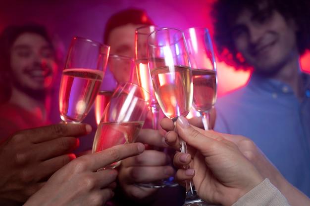 Nachtleven van mensen die in een club dansen terwijl ze juichen