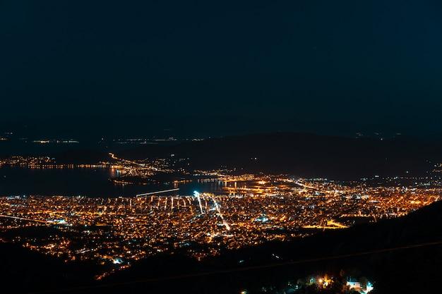 Nachtlichten van de stad vanuit een vogelperspectief. makrinitsa