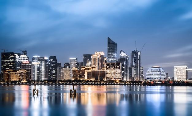 Nachtmening van architecturaal landschap en stedelijke horizon in het financiële district van hangzhou