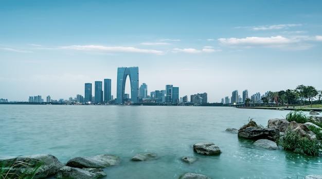 Nachtmening van architecturaal landschap in jinji-meer bedrijfsdistrict, suzhou