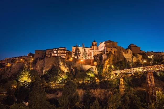 Nachtmening van beroemde hangende huizen in cuenca, spanje.