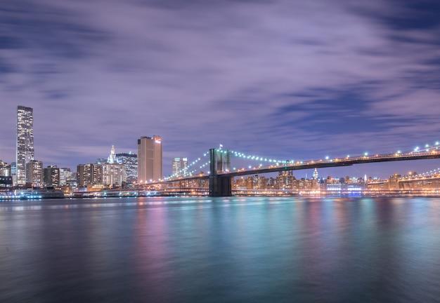 Nachtmening van de brug van manhattan en van brooklyn