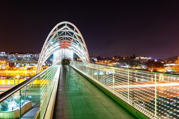 Nachtmening van de stad van tbilisi de stad in