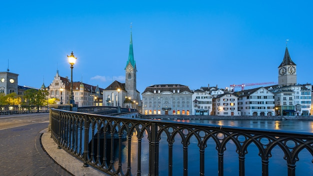 Nachtmening van de stad van zürich met mening van fraumunster-kerk in zwitserland.