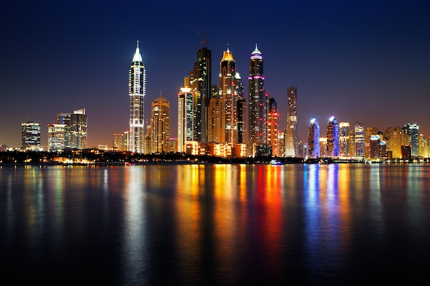 Nachtmening van de torens van doubai emiraten