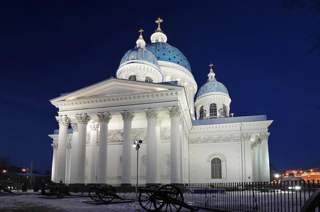 Nachtmening van de troitsky-kathedraal in st. petersburg, rusland