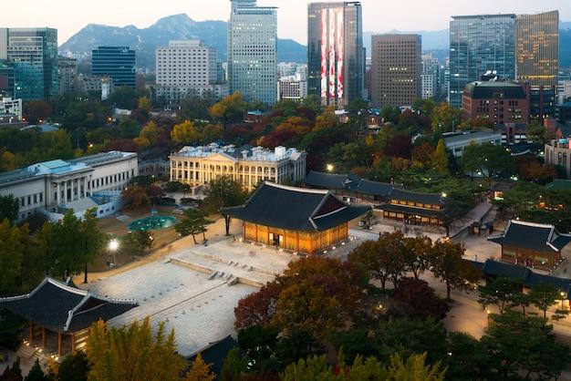 Nachtmening van deoksugung-paleis en de stad van seoel in de herfstseizoen in seoel, zuid-korea.
