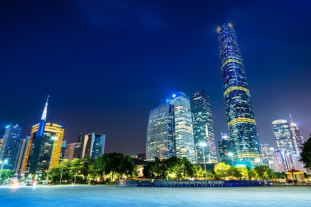 Nachtmening van moderne gebouwen in guangzhou-stadsvierkant