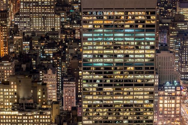 Nachtmening van new york manhattan tijdens zonsondergang