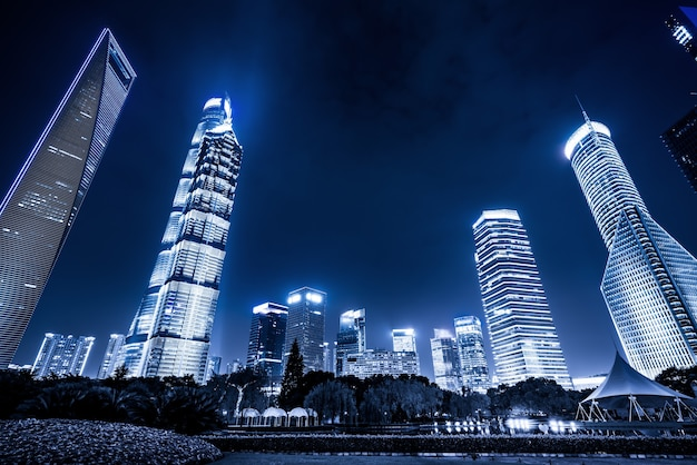 Nachtmening van stedelijke groene ruimte en moderne architectuur in het financiële district van lujiazui, shanghai