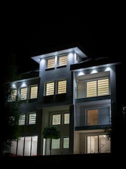 Nachtmening van wit mooi modern huis