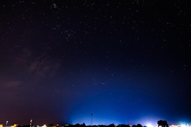 Nachtscène en heldere sterren met blauw en purper licht van thailand