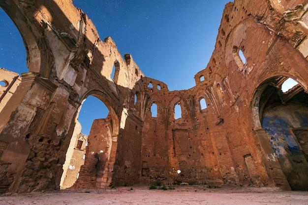 Nachtscène van belchite-stadsruïnes, vernietigd tijdens de spaanse burgeroorlog, saragossa, spanje.