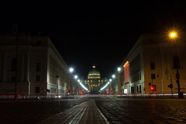 Nachtscène van rome, perspectiefweg met de sint-pietersbasiliek op de achtergrond. italiaans monument