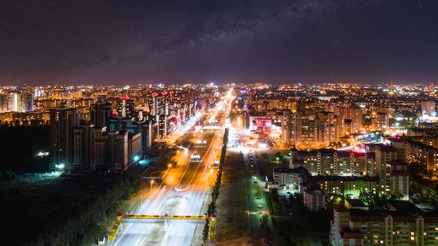 Nachtstad onder de sterrenhemel