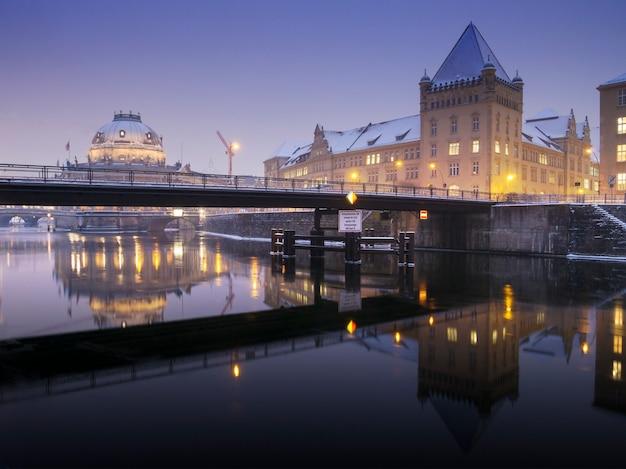 Nachtverlichting over de rivier de spree in de buurt van het museumeiland (museumsinsel) in berlijn