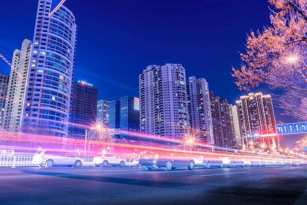 Nachtzicht op urban road en fuzzy car lights