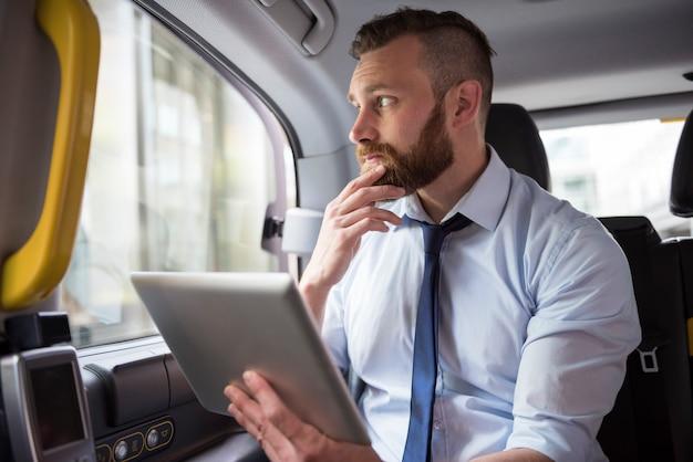 Nadenken over een nieuw project terwijl je naar je werk rijdt