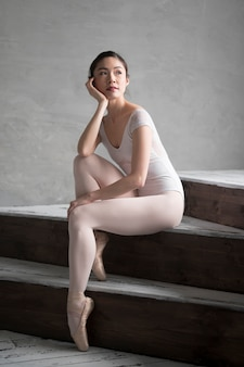Nadenkend ballerina poseren op trappen
