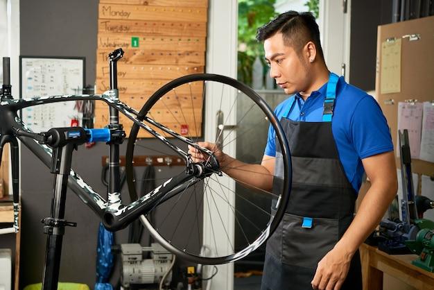 Nadenkend ernstige fietsmonteur afstelwielen