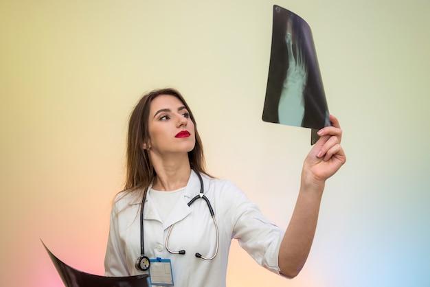 Nadenkend jonge arts die x-ray onderzoekt en diagnose stelt. medisch concept