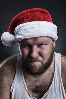Nadenkend man in kerstman hoed