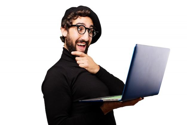 Nadenkend man op zoek naar een laptop