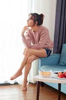 Nadenkend mooie aziatische vrouw