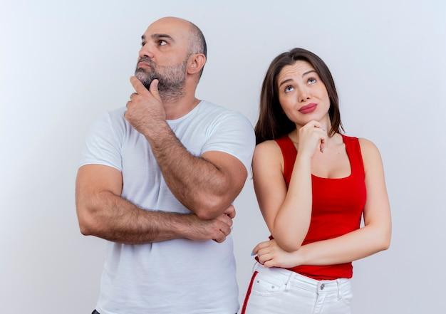 Nadenkend volwassen paar zowel wat betreft kin man die kant bekijkt als vrouw die omhoog kijkt